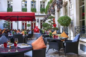 A restaurant or other place to eat at Buddha-Bar Hotel Paris