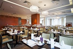 A restaurant or other place to eat at Sheraton Palace Hotel Moscow