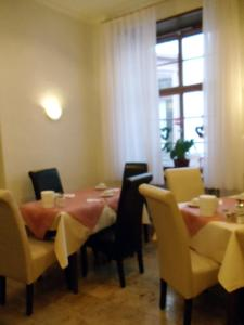 A restaurant or other place to eat at Hotel zum Pfalzgrafen