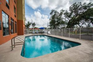 The swimming pool at or near Comfort Suites Fort Lauderdale Airport South & Cruise Port