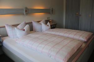 Ein Bett oder Betten in einem Zimmer der Unterkunft Ferienwohnungen Maria