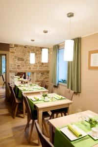 Ein Restaurant oder anderes Speiselokal in der Unterkunft Feuerhart