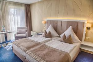 A bed or beds in a room at HafenHotel PommernYacht