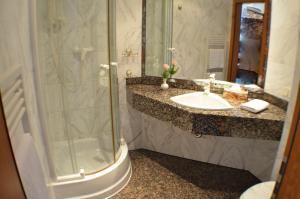 Ein Badezimmer in der Unterkunft Hotel Fürstenhof