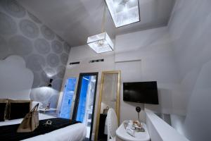 A television and/or entertainment centre at HT6 Hotel Roma