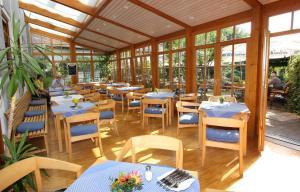 Ein Restaurant oder anderes Speiselokal in der Unterkunft Karpfenhotel im Gasthaus Sindel-Buckel