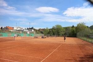 Tennis and/or squash facilities at CenterCourt Hotel or nearby