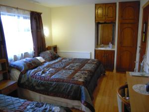 A bed or beds in a room at Fortview House