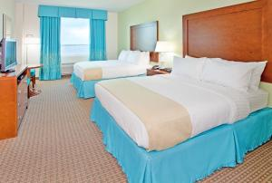 A bed or beds in a room at Holiday Inn Resort Pensacola Beach, an IHG Hotel