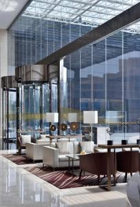 A restaurant or other place to eat at Kochi Marriott Hotel