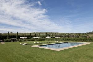 A piscina localizada em Locanda Rossa ou nos arredores