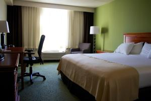 A bed or beds in a room at Holiday Inn Athens - University Area