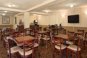 A restaurant or other place to eat at Days Inn by Wyndham Daytona Beach Speedway