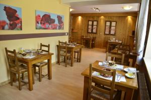 A restaurant or other place to eat at Logis Aranc Evasion