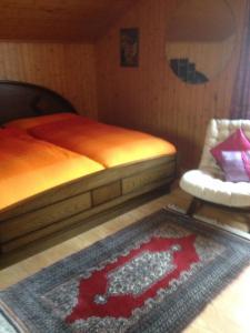 Ein Bett oder Betten in einem Zimmer der Unterkunft Staldenried Ferienwohnung