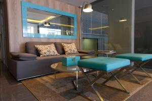 Uma área de estar em Mérit Montevideo Apart & Suites