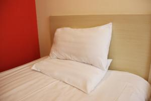 A bed or beds in a room at Hanting Express Nanchang Middle Hongdu Avenue