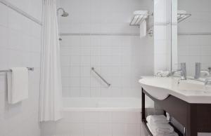 A bathroom at Novotel Rotorua Lakeside