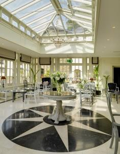 A restaurant or other place to eat at Killarney Heights Hotel