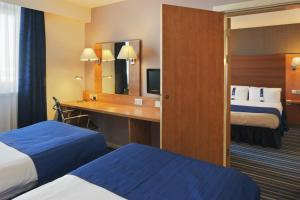 A bed or beds in a room at Holiday Inn Express Nuneaton