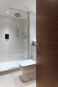 A bathroom at Amba Hotel Marble Arch