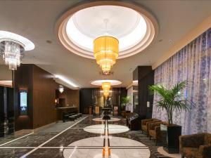 Area lobi atau resepsionis di APA Villa Hotel Toyama-Ekimae