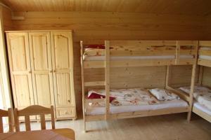 Palanda nebo palandy na pokoji v ubytování Mara Camping Cottages