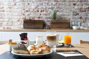 Breakfast options available to guests at 9Hotel Central