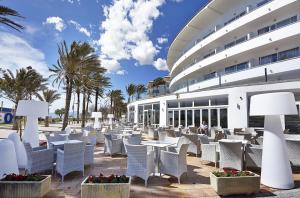 Een restaurant of ander eetgelegenheid bij Grupotel Acapulco Playa - Adults Only