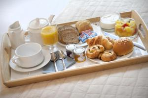 Breakfast options available to guests at Hôtel de France