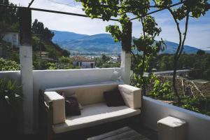 Un balcón o terraza de Berat Backpackers Hostel