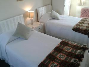 A bed or beds in a room at Groeslon Ty Mawr B & B