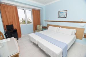 A bed or beds in a room at Cala Bona y Mar Blava