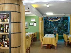 Um restaurante ou outro lugar para comer em Astúrias Praia Hotel