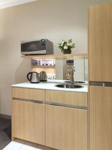 Travelodge Hotel Sydney Martin Place tesisinde mutfak veya mini mutfak
