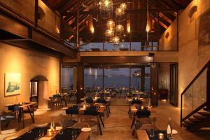 Un restaurante o sitio para comer en Xandari Harbour