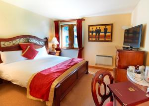 A bed or beds in a room at Camden Arms Hotel