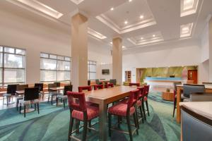 A restaurant or other place to eat at SpringHill Suites by Marriott Orlando Lake Buena Vista South