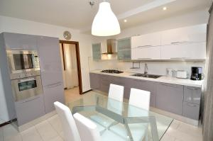 A kitchen or kitchenette at Charming Venice Apartments