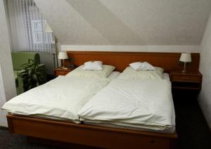 A bed or beds in a room at Hotel Restaurant Pempel