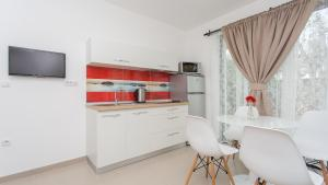 A kitchen or kitchenette at Apartments Memories