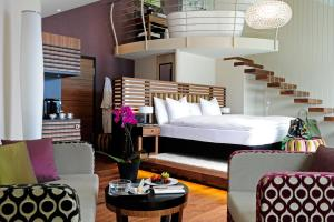 سرير أو أسرّة في غرفة في فندق بنتهاوس باي آرت ديكو مونتانا