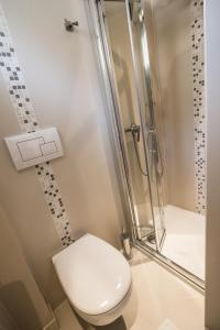 A bathroom at Hotel Les Voyageurs