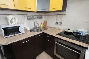 Кухня или мини-кухня в Марьин Дом на Свердлова, 2