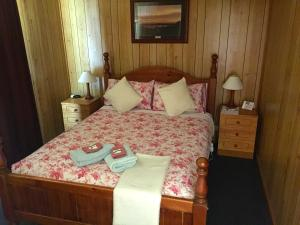 A bed or beds in a room at Clare Valley Cabins