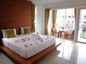 Un pat sau paturi într-o cameră la Sukcheewa Residence Phuket