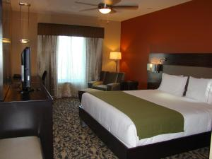 A bed or beds in a room at Holiday Inn Express & Suites North Dallas at Preston
