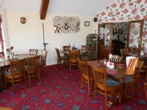 A restaurant or other place to eat at Fox and Hounds Country Inn