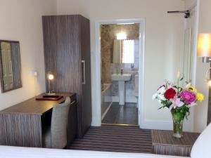 A bathroom at Ely House Hotel