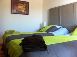 Een bed of bedden in een kamer bij La Grange du Coulin